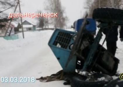 Трактор и иномарка не поделили дорогу в Приморье