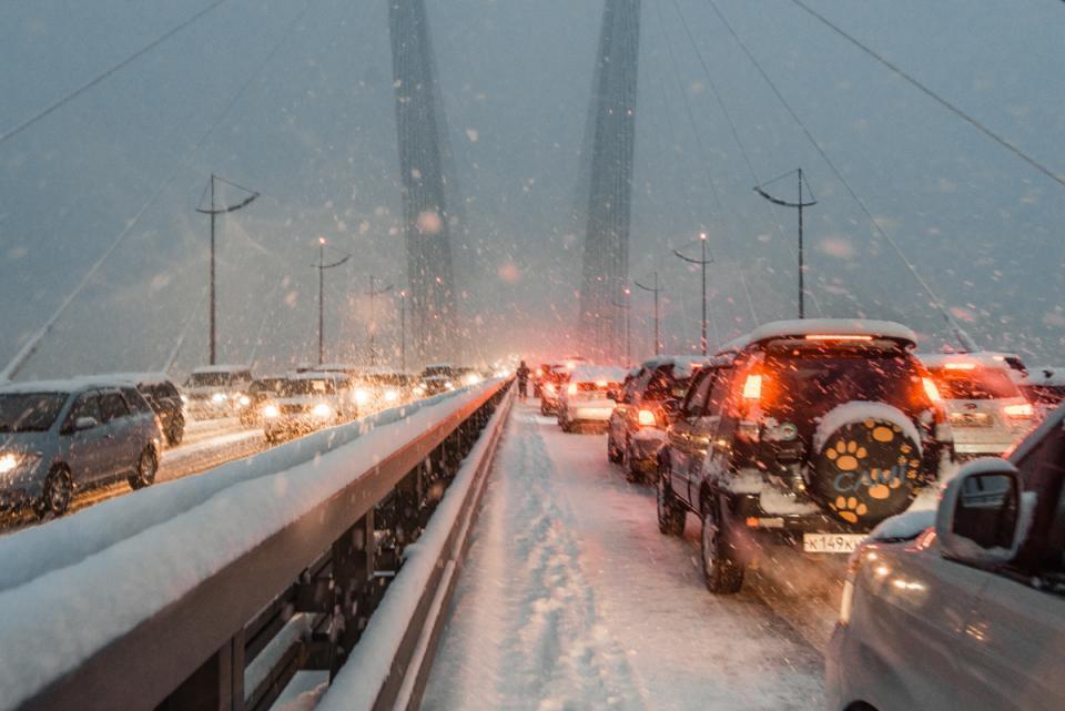 Выпавший снег стал причиной многокилометровых пробок во Владивостоке