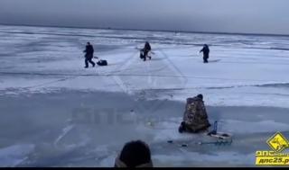 Трое рыбаков успели спастись во время взлома припайного льда в пригороде Владивостока
