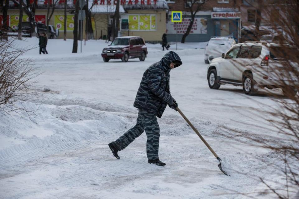 Житель Владивостока помог людям в снегопад и горько пожалел