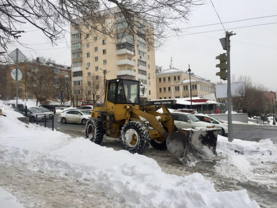 Портовики подключились к работам по уборке снега во Владивостоке