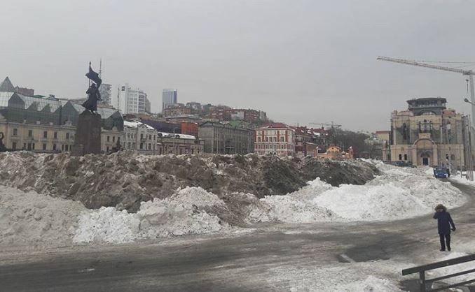Грязные снежные горы в центре Владивостока прославились на всю Россию