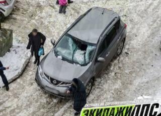 Сосульки и снег с крыш продолжают «калечить» машины во Владивостоке