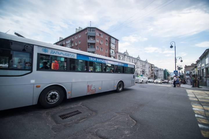 Водителя пассажирского автобуса, грубо нарушившего ПДД во Владивостоке, привлекли к ответственности