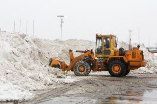 От «Беларуси» до КамАЗа: какая техника убирает снег с дорог Владивостока
