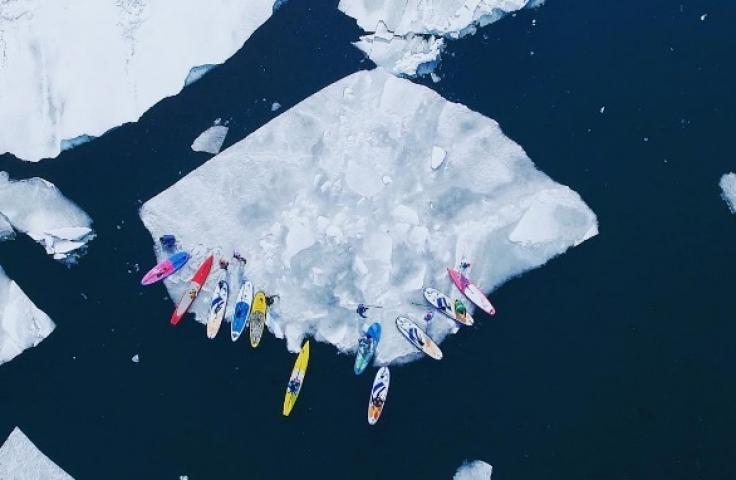 В акватории Владивостока сап-серферы «угнали» льдину