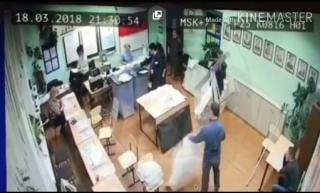 В Сети обсуждают видео «вброса» после закрытия участка во Владивостоке