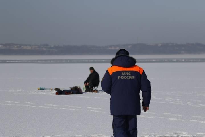 В акватории Амурского залива спасли человека, провалившегося под лед