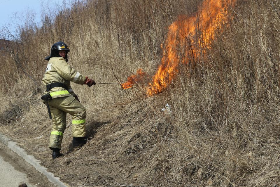Пожарные провели профилактические мероприятия по отжигу травы во Владивостоке
