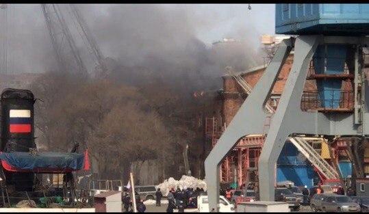 Во Владивостоке в районе Дальзавода загорелось здание