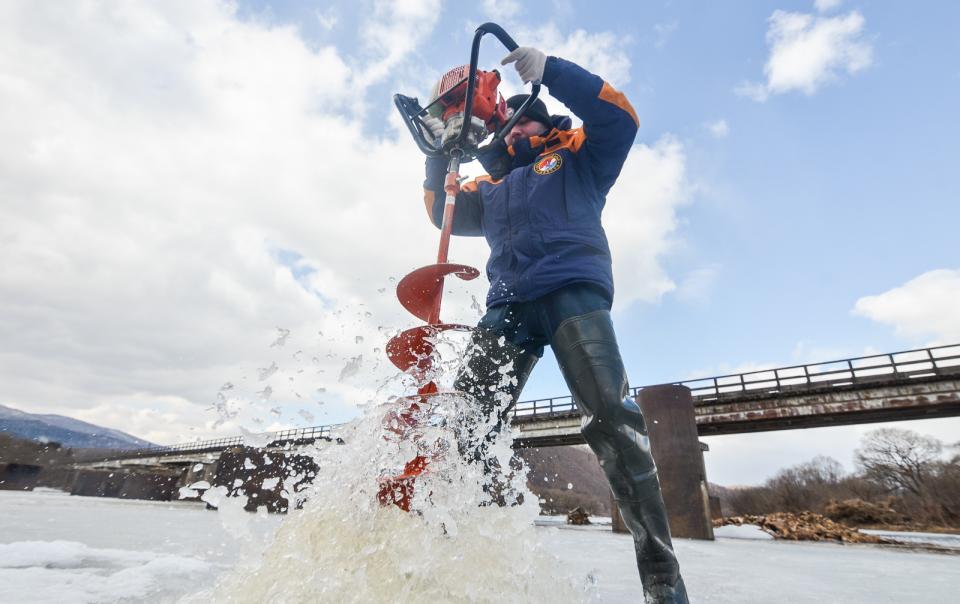 Спасатели  приступили к распилу льда на реках Приморья