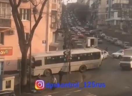 ДТП с участием пассажирского автобуса произошло в центре Владивостока