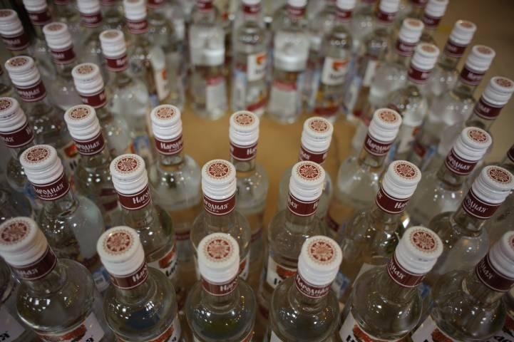 Житель Владивостока залпом выпил бутылку спиртного в магазине