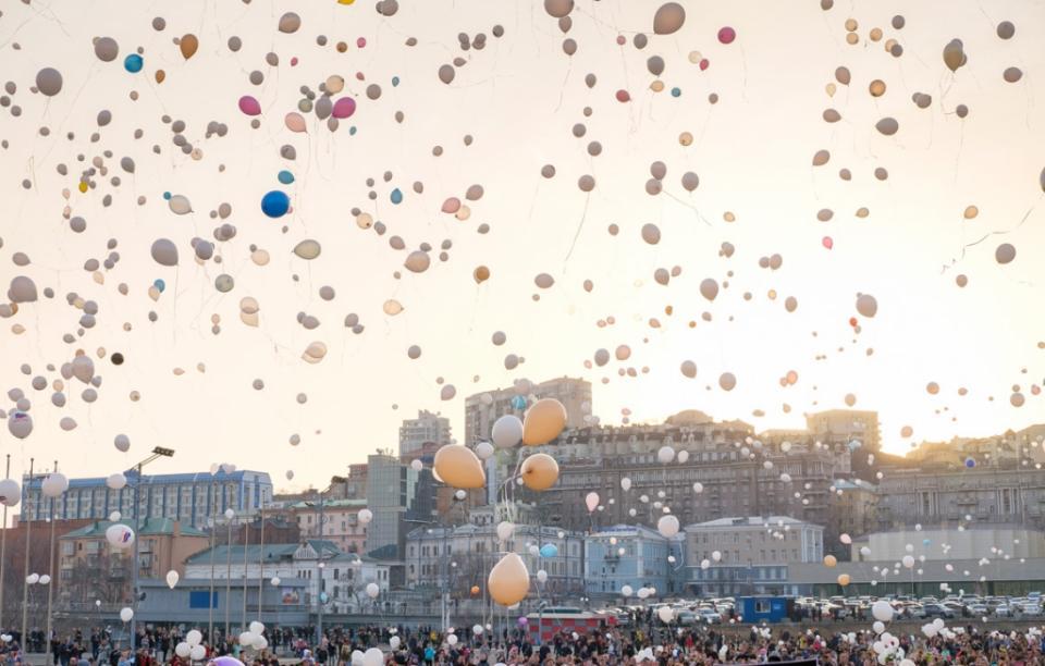 Во Владивостоке почтили память погибших при пожаре в Кемерово, запустив в небо белые шары