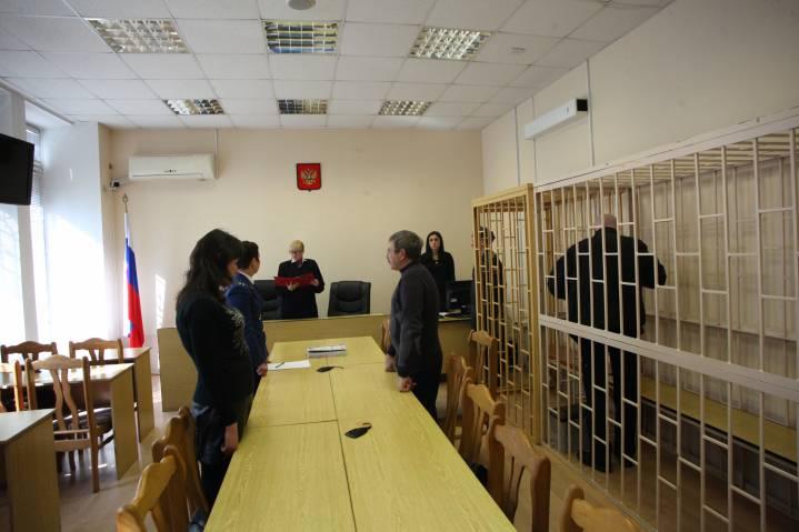 Приморца привлекли к ответственности за курение в здании суда
