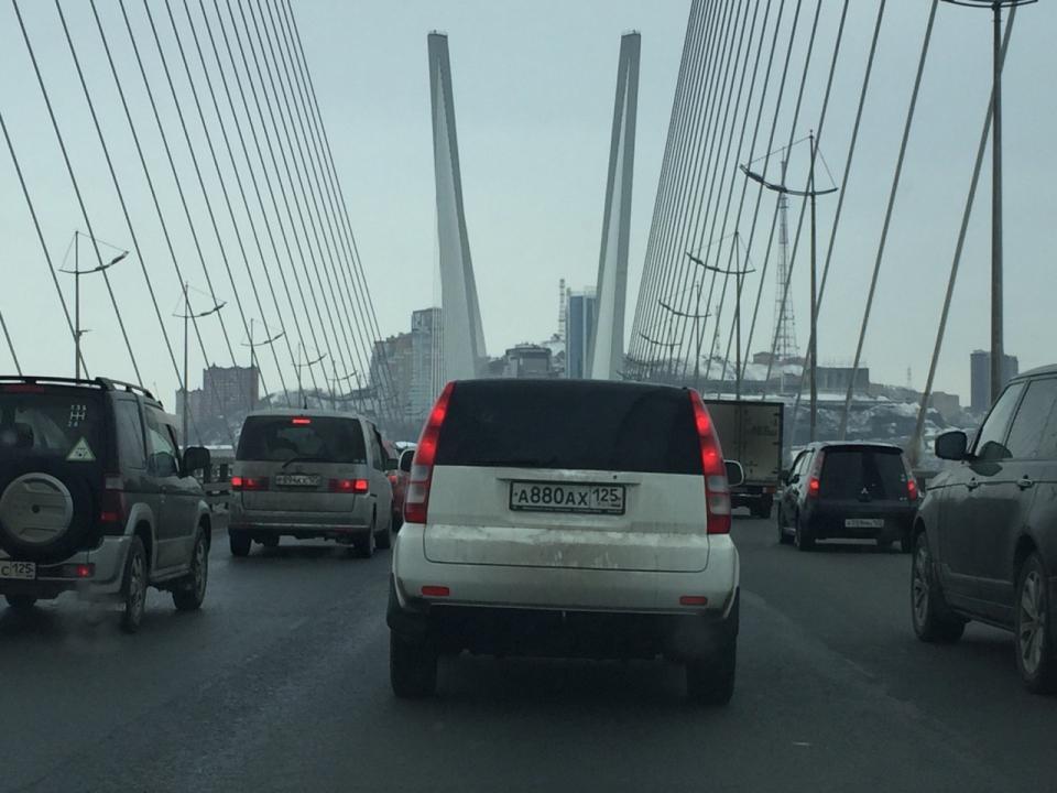Пасмурная погода стала причиной утренних пробок в понедельник во Владивостоке