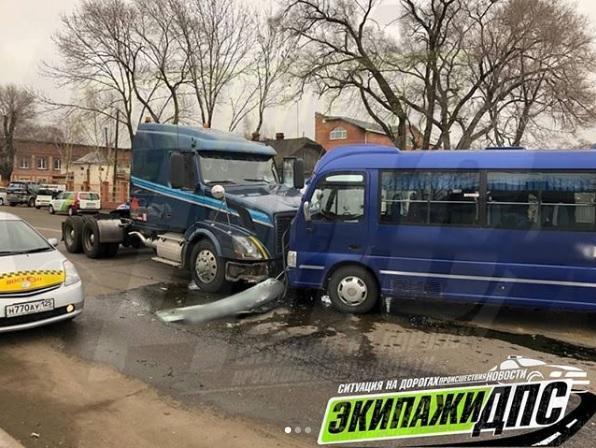 Большегруз и пассажирский автобус не поделили дорогу в Приморье
