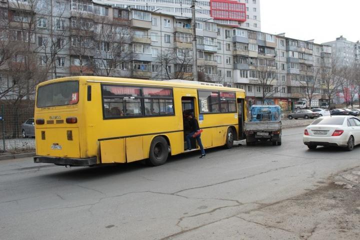 Автобус столкнулся с грузовиком во Владивостоке