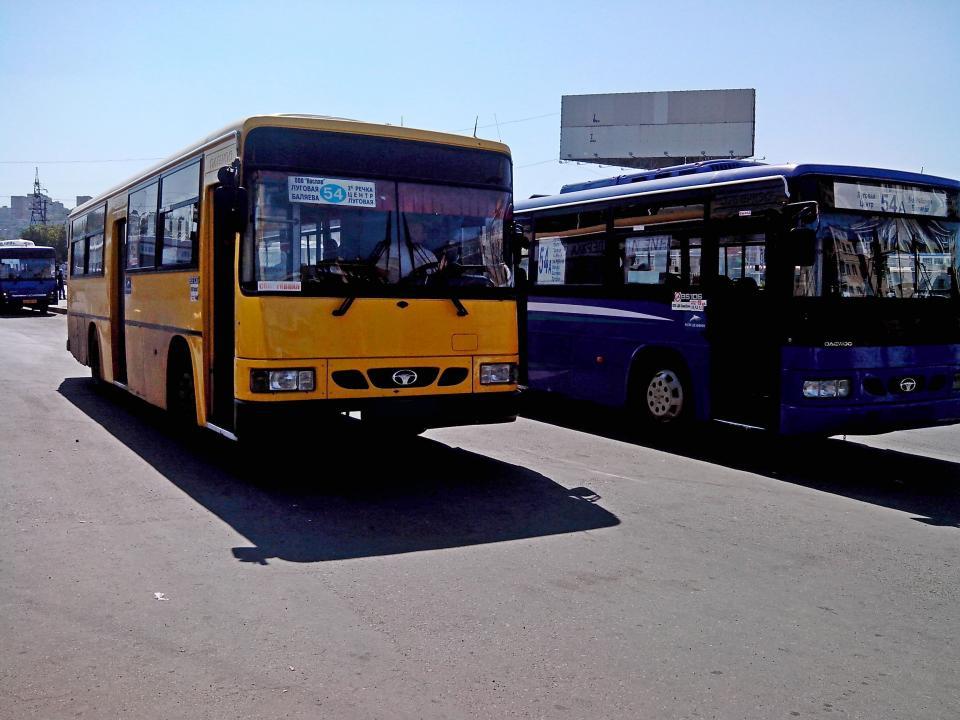 Автобус и грузовик не поделили дорогу в Приморье