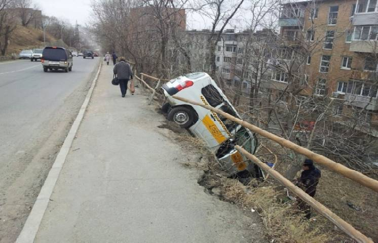 Во Владивостоке таксист сбил женщину с ребенком в коляске и снес леера
