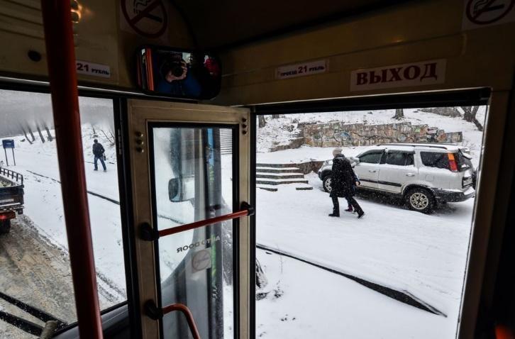 Два необычных пассажира удивили людей в автобусе Владивостока