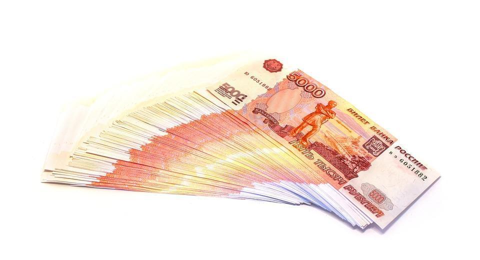 Около миллиона рублей пришлось выплатить сотруднице администрации в Приморье