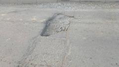 Во Владивостоке из-за дорожной ямы перевернулся грузовик