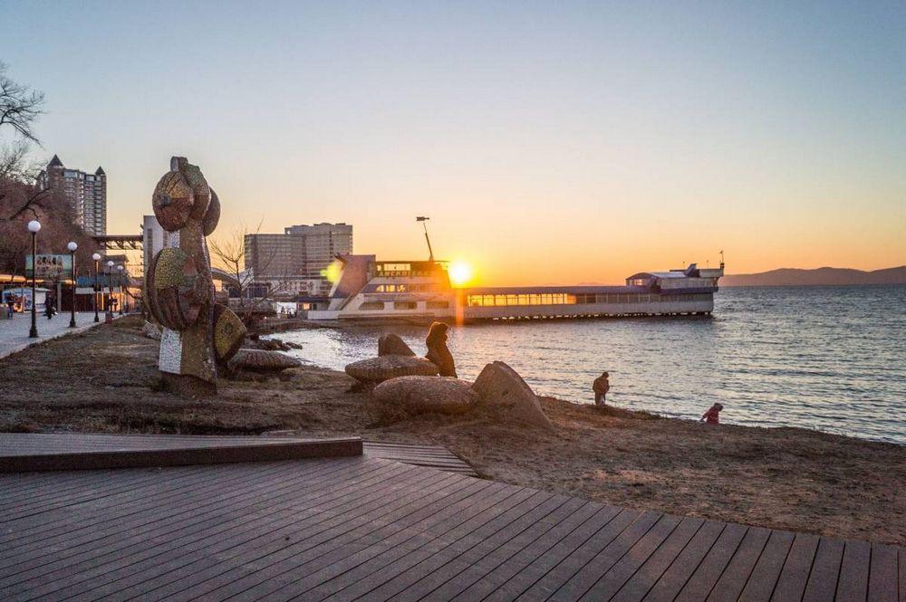 Знаменитую баржу на набережной Владивостока снова ремонтируют