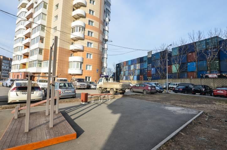 Жизнь на складе: во Владивостоке грузовые контейнеры соседствуют с жилыми домами