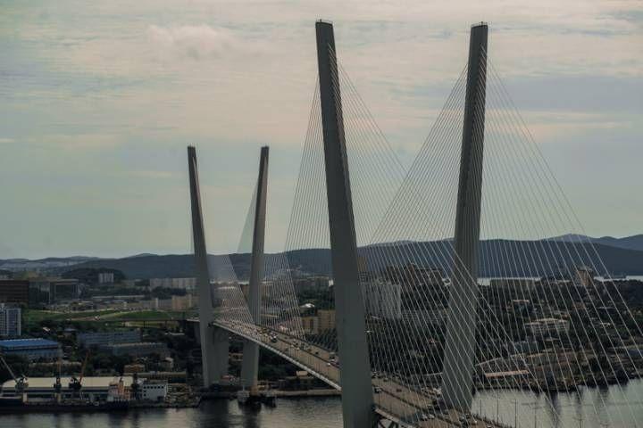 По зданию на Океанском проспекте во Владивостоке карабкаются люди