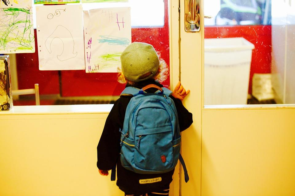 Приморский школьник украл последние деньги у учителя