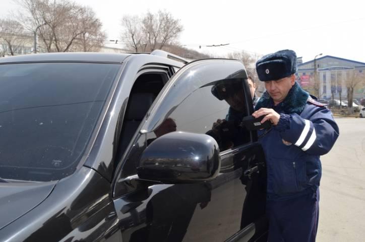 Во Владивостоке продолжается борьба с тонированными машинами