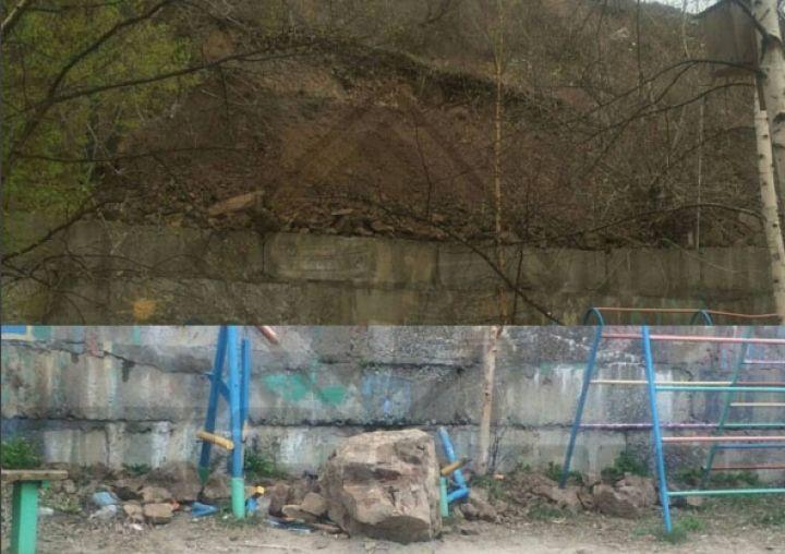 Во Владивостоке огромный камень упал на детскую площадку
