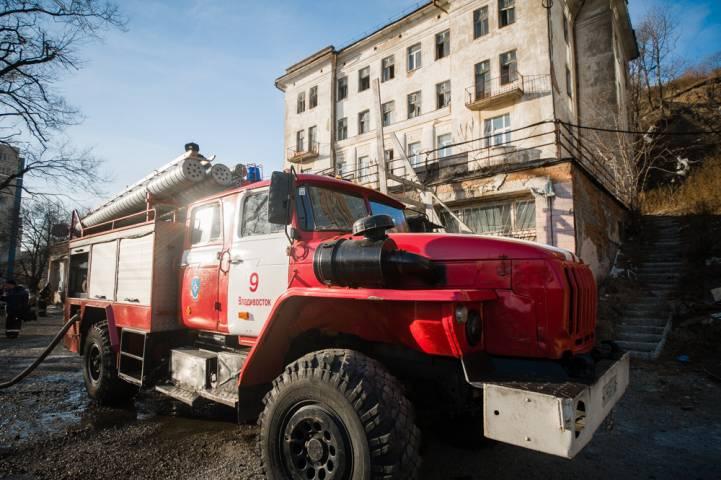 В Приморье огнеборцы потушили придомовую постройку