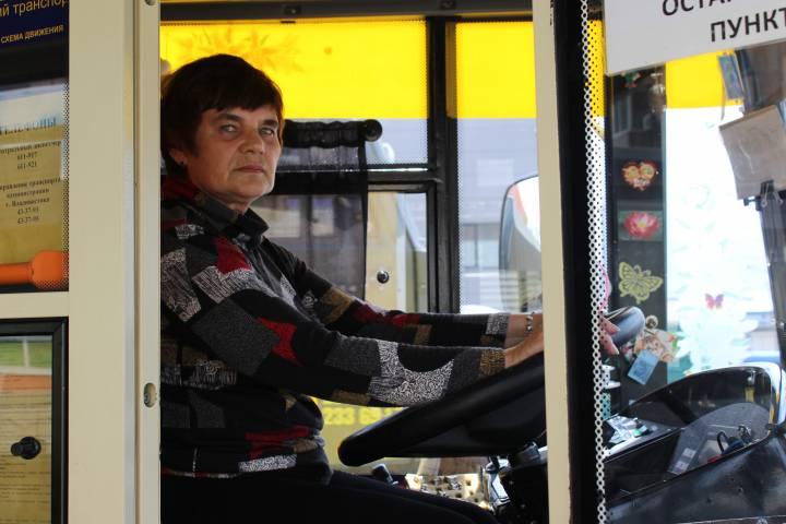 Женщина - водитель троллейбуса: «Просыпаюсь в четыре утра и иду в депо принимать троллейбус»
