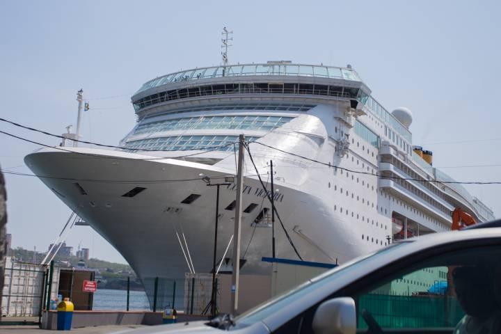 Первый в этом году круизный лайнер Costa Victoria пришвартовался у морского вокзала Владивостока