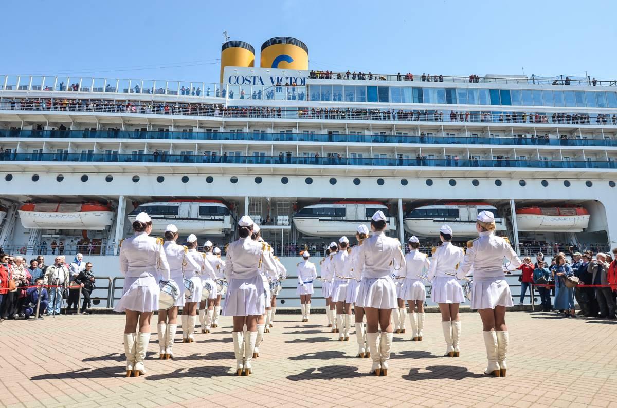 Круизный лайнер Costa Victoria пришвартовался у морского вокзала Владивостока