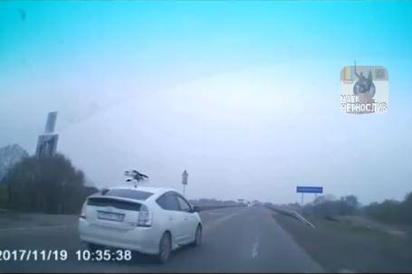 На видео попал момент расплаты приусовода за обгон в Приморье