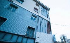 Во Владивостоке отвалились куски обшивки фасада общежития ДВФУ