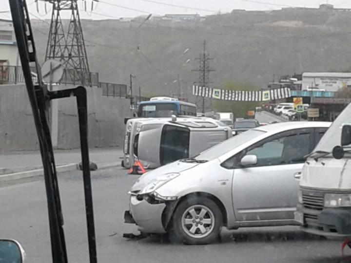 Во Владивостоке в районе площади Баляева перевернулся автомобиль