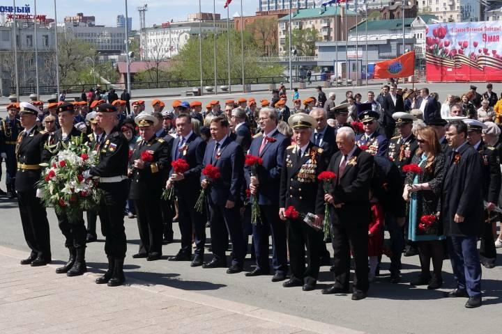 Торжественное возложение цветов прошло у мемориалов Владивостока накануне Дня Победы