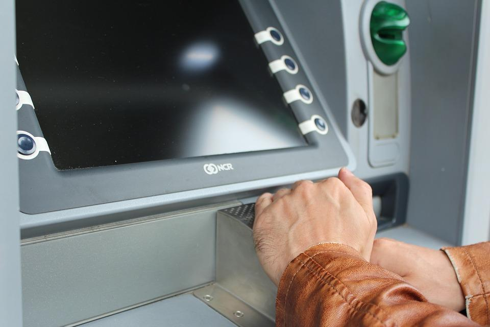 Жительница Приморья не устояла перед соблазном и украла из банкомата забытые деньги