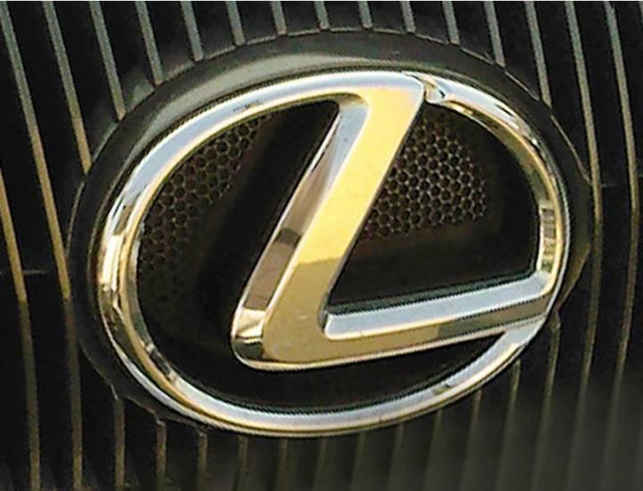 Во Владивостоке на внедорожник Lexus упал рекламный щит
