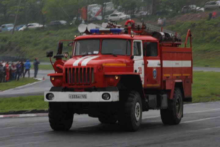 Во Владивостоке огнеборцы потушили пожар в павильоне