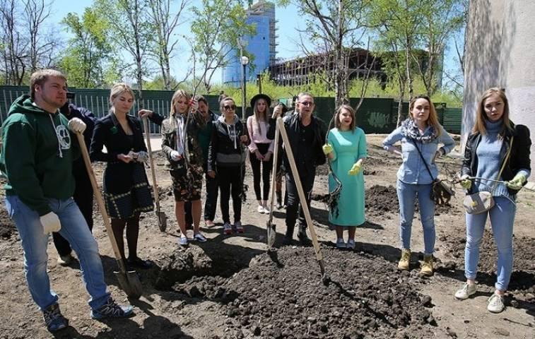Популярные инстаграмеры Владивостока посадили деревья в парке Победы
