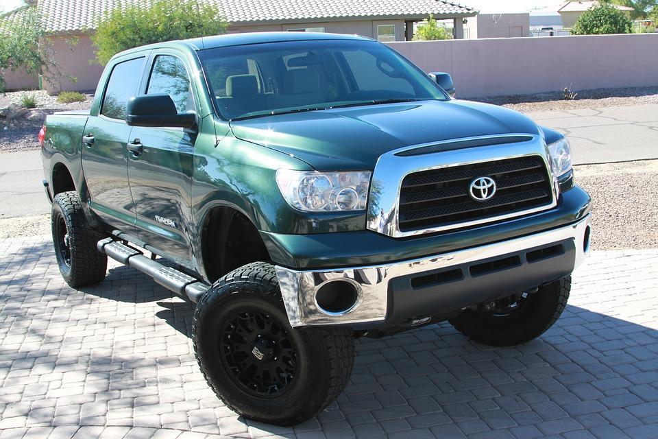Приморец на малолитражке решил, что у него Toyota Tundra (и это очень смешно)