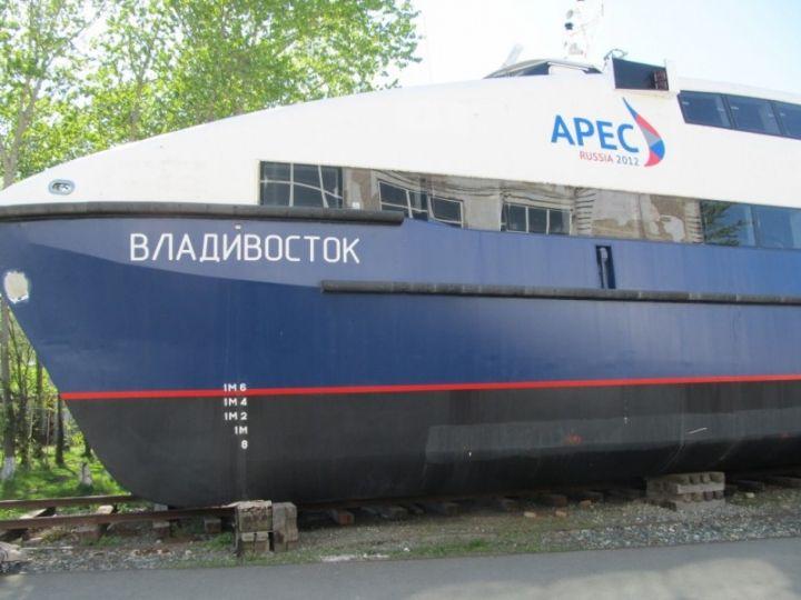 Один из катамаранов саммита АТЭС выбросили на свалку во Владивостоке