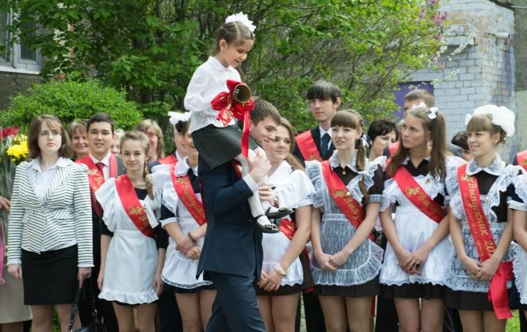 Приморские выпускницы не покупают форму на Последний звонок