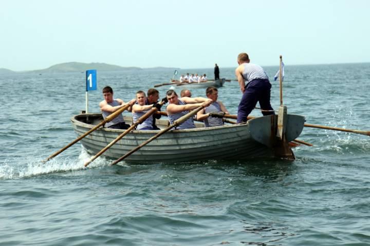 Во Владивостоке гребцы на шлюпках разыграли Кубок командующего Тихоокеанским флотом