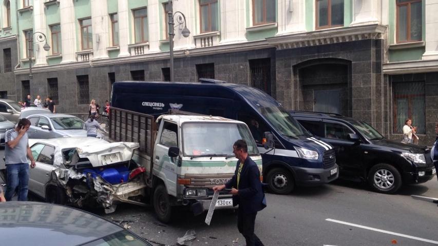 В центре Владивостока грузовик протаранил около десяти автомобилей